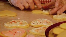 Des biscuits de sucre faits maison savoureux de Valentine de la grand-m?re, faits avec amour et frais hors du four, sont givr?s e banque de vidéos