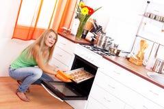 Des biscuits sont faits cuire au four ! image stock