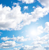 Des Blaus Himmel cloudly Stockfoto