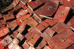 Des blocs-notes avec la couverture en cuir sont vendus sur le marché en Inde Bazar du Thibet d'Inde de souvenir de cadeau image libre de droits