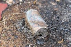 Des boîtes de boisson ont été brûlées Les boîtes sont les déchets recyclables Concept d'?cologie image libre de droits