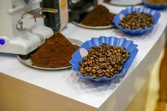 Des Bohnenarabicas des gemahlenen Kaffees und des Röstkaffees starke Mischung Lizenzfreies Stockbild