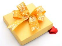 des bonbons au chocolat en forme de coeur rouges et une boîte actuelle Images stock