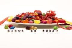Des bonbons ou un sort de Halloween avec un plat de sucrerie image libre de droits