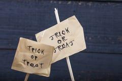 Des bonbons ou un sort de lettrage de Halloween Image libre de droits