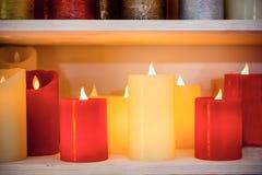 Des bougies multicolores sont arrangées dans une rangée simple Photographie stock libre de droits