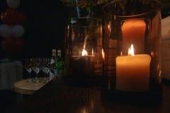 Des bougies sont allumées à de belles banques dans un arrangement intime pour le sexe image libre de droits