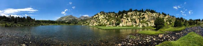 DES Bouillouses e Laca du Carlit da laca Foto de Stock