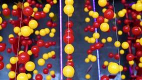 Des boules multicolores sont ?tir?es sur des cordes pour la d?coration, balan?ant dans la lumi?re banque de vidéos