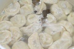 Des boulettes sont faites cuire Photo stock