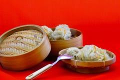 Des boulettes sont servies sur le plateau en bambou, prêt à être apprécié images stock