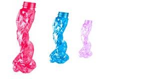 Des bouteilles en plastique tordues sont formées comme trois personnes marchant dans une rangée sur le fond blanc avec l'espace d Photographie stock libre de droits