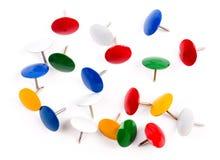 Des boutons multicolores de bureau en métal de groupe sont isolés sur un blanc Images stock