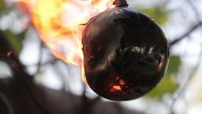 Des brûlures décoratives et lui de boule est versées avec l'essence puis pour tirer à elle Plein hd de vid?o anim?e lente banque de vidéos