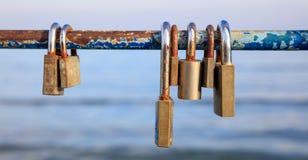Des cadenas rouillés a été fermés à clef sur une balustrade épluchée Brouillez le fond, fermez-vous vers le haut de la vue avec d Photo stock