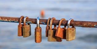 Des cadenas rouillés a été fermés à clef sur une balustrade épluchée Le fond brouillé, se ferment vers le haut de la vue avec des Image stock