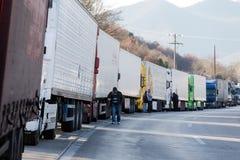 Des camions internationaux de transport sont bloqués de la frontière Images libres de droits
