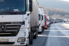 Des camions internationaux de transport sont bloqués de la frontière Photo stock