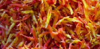 Des carottes coupées en tranches préparent pour être faites cuire images libres de droits