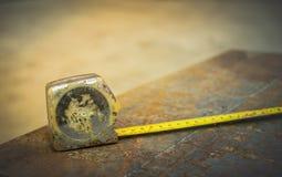 Des cartouches métriques sont employées pour mesurer la taille de tôle d'acier dans la construction Photographie stock