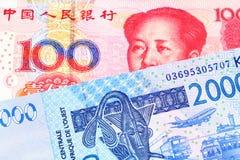 Des cent notes chinoise de yuans avec la facture d'Afrique occidentale de franc photos stock