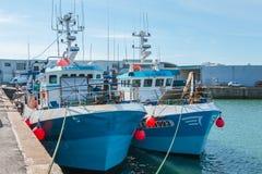 Des chalutiers sont retournés au port après avoir pêché  Image libre de droits