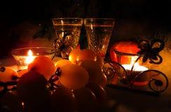 Des Champagner-Weinglases mit zwei Weinlesen festliche Glättungskerze und leichte süße grüne Trauben Stockfotos