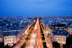 DES Champs-Elysees de la avenida en París, Francia en la noche Imagen de archivo