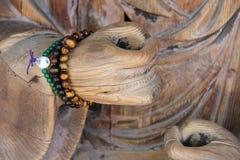 Des chapelets bouddhistes ont été placés autour du poignet d'une statue de Bouddha dans un temple (Japon) Photographie stock libre de droits