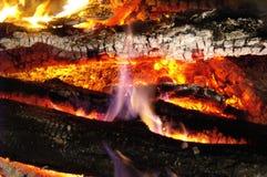 Des charbons chauds, sur lesquels le feu danse, sont enchantés photo libre de droits