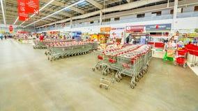 Des chariots d'épicerie sont préparés pour des acheteurs dans un grand supermarché image stock