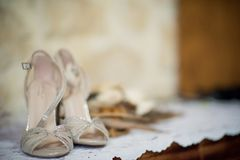 Des chaussures argentées de jeunes mariées sont montrées Photo stock