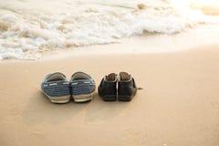 Des chaussures plus lointaines et des chaussures du fils sur le beac de thes Images libres de droits