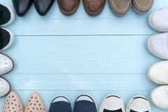 Des chaussures sont placées sur un plancher en bois Image stock