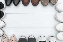 Des chaussures sont placées sur un plancher en bois Photographie stock libre de droits