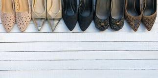 Des chaussures sont placées sur un plancher en bois blanc Images libres de droits
