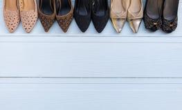 Des chaussures sont placées sur un plancher en bois blanc Photo stock