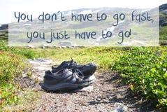 Des chaussures sur le chemin de trekking, vous n'allez pas rapidement images libres de droits