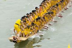 Des chemins de bateau de dragon sont retenus dans la porcelaine Photo stock