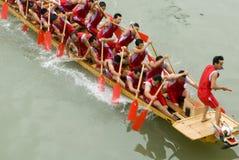 Des chemins de bateau de dragon sont retenus dans la porcelaine Image libre de droits