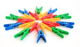 Des chevilles colorées sont situées dans un cercle Photographie stock libre de droits