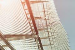 Des Chroms und abstrakte Glasfassade des Stahls oder des Bürogebäudes lizenzfreies stockbild