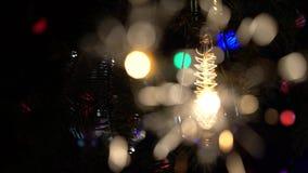 Des cierges magiques sont allumés dans la perspective du fond voyant de lampes-torches d'ampoules Fin vers le haut Mouvement lent clips vidéos