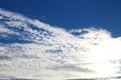 Des cieux bleus et les nuages blancs sont admirablement modelés Images libres de droits