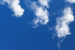 Des cieux bleus et les nuages blancs sont admirablement modelés Image libre de droits