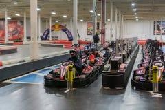 Des concurrents sont alignés pour le début d'une nouvelle course à une voie d'intérieur de kart photos stock