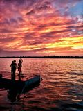 Des couchers du soleil, comme l'enfance, sont regardés avec la merveille pas simplement parce qu'ils sont beaux mais parce qu'ils Photographie stock libre de droits