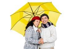 Des couples asiatiques plus anciens sous le parapluie Image libre de droits