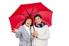 Des couples asiatiques plus anciens sous le parapluie Photographie stock libre de droits