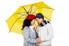 Des couples asiatiques plus anciens sous le parapluie Image stock